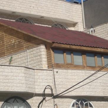 پوشش سقف با آندولین و دیوار چوبی